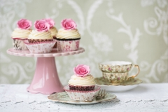 Vintage china teacups and cakes